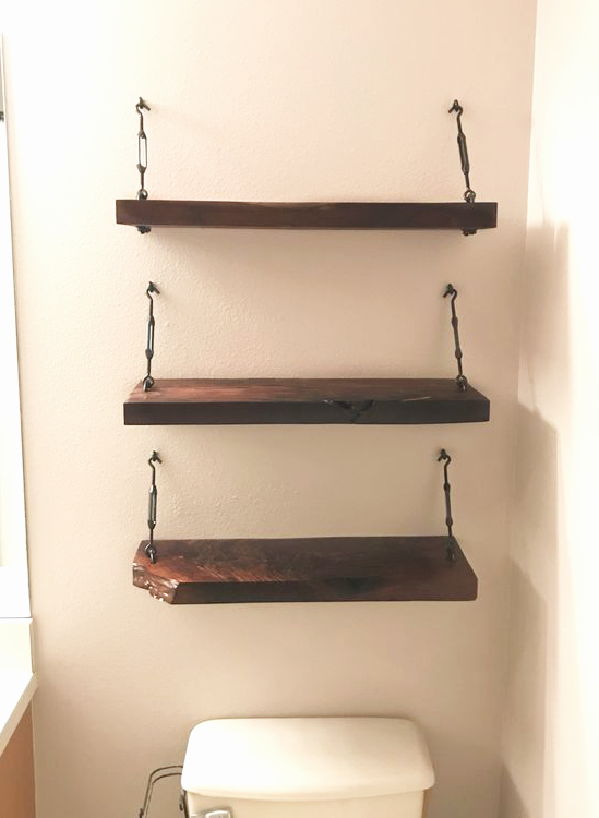 Love this DIY turnbuckle shelf with eye hooks, such an easy to implement tutorial for #bathroomstorage <3 #turnbuckle #bathroomdecor #diy #turnbuckleshelves #turnbuckleshelf