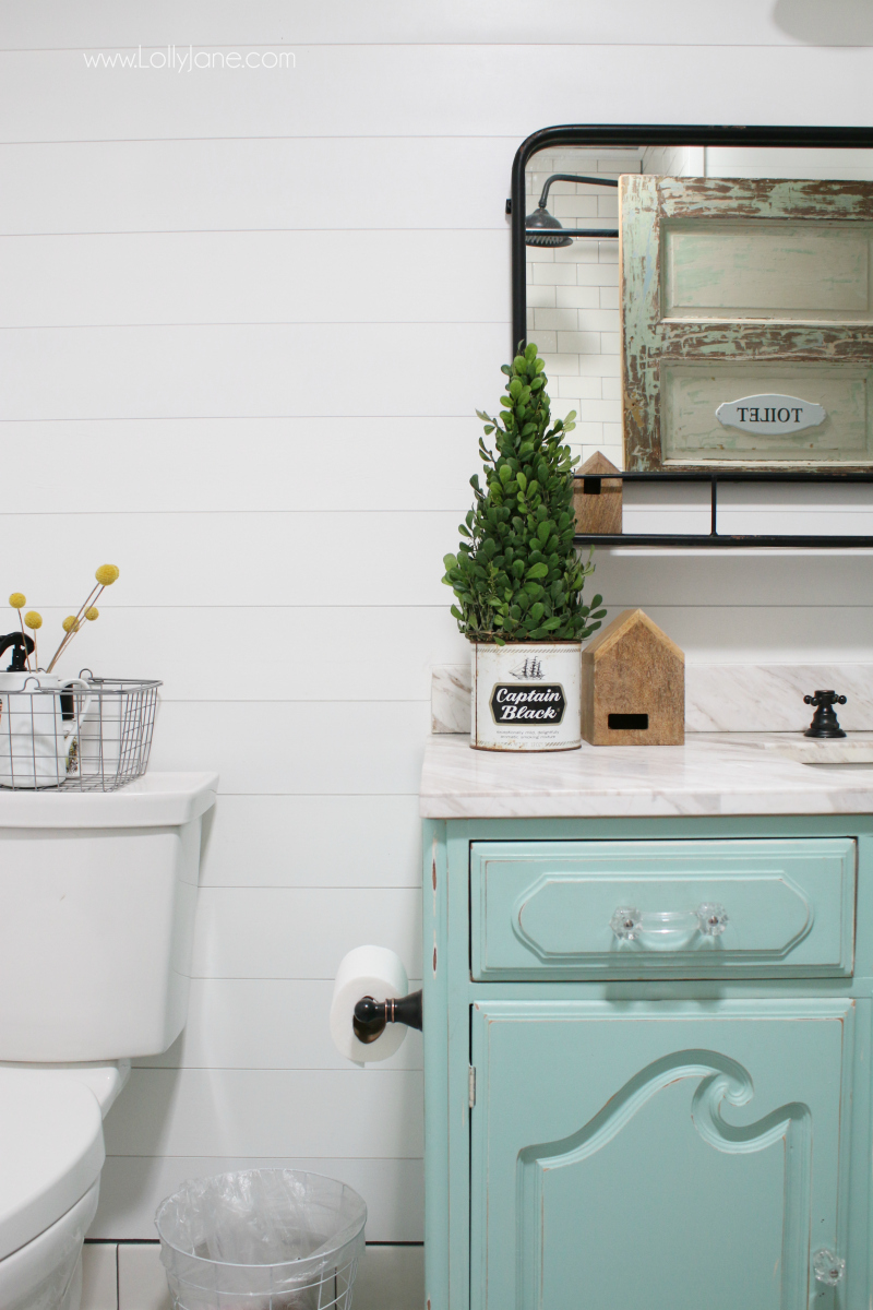 Farmhouse bathroom decor ideas! Love this easy farmhouse remodel, lots of easy tips to renovate on a budget!