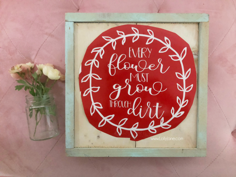 Floral wood sign tutorial | Learn how to make a fun spring sign! Such an easy wood sign home decor tutorial!