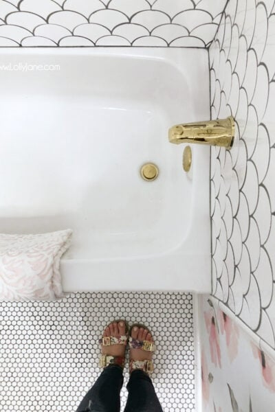 Obsessed with this GLAM fully renovated farmhouse bathroom with pops of gold. SO GORGEOUS!