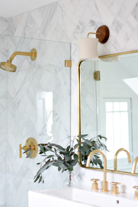 Such pretty marble bathroom gold accessories in this modern bathroom decor!