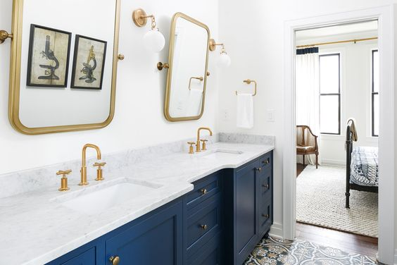 Such a pretty navy vanity with matching gold mirror bathroom decor! Such a pretty bathroom remodel with modern gold finishes!