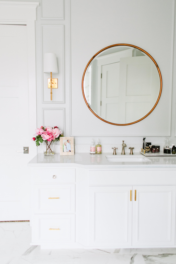 White walls with brass circle mirror bathroom decor, love this clean modern bathroom!