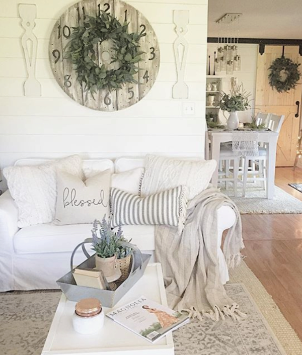 Love the look of these layered farmhouse rugs in a family room. Layer a patterned rug over a jute rug to create a warm farmhouse flooring. Love these family room farmhouse rugs! #farmhouserug #farmhouserugs #rugs #juterug #patternedrug #farmhousearearug