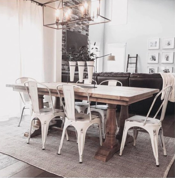 Such a pretty farmhouse dining room! Love these vintage farmhouse decorating ideas with this charming farmhouse rug. #vintagefarmhousedecor #farmhouserug #farmhousedecor #farmhousediningroom #cheapfarmhousedecor #affordablefarmhousedecor