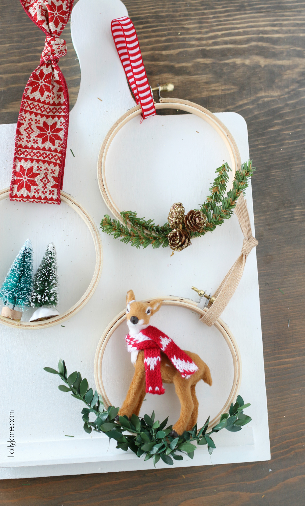 Get your craft on and Make these SUPER EASY and cute DIY Embroidery Hoop Christmas Ornaments! #diy #diyornaments #christmasornaments #christmasdecorations