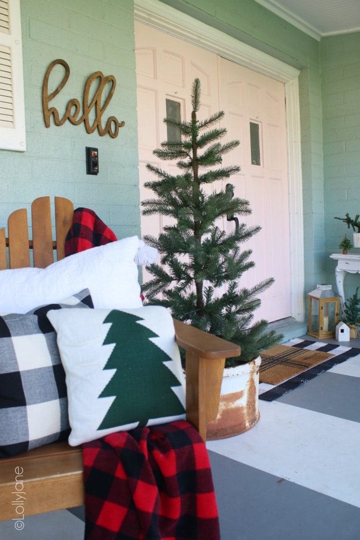 Lots of simple front porch Christmas decorating ideas. Love decorating the front porch for Christmas! #christmasdecor #christmas #christmasporchdecoration