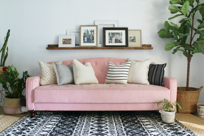 Check out this fun mid century modern living room with a pink tufted couch! #midcenturymodern #modernlivingroom #midcenturydecor