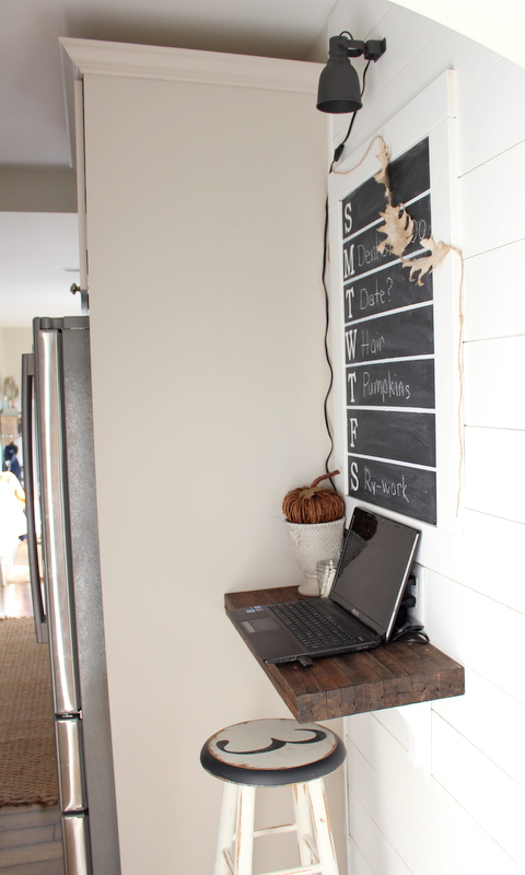 Love the simplicity of this farmhouse command station. Hang a weekly calendar over a chunky farmhouse shelf, add a light and you've got a quick charging station command center. #commandstation #chargingstation #commandcenter #farmhouse #farmhousedecor #weeklychalkboard #farmhousedecor