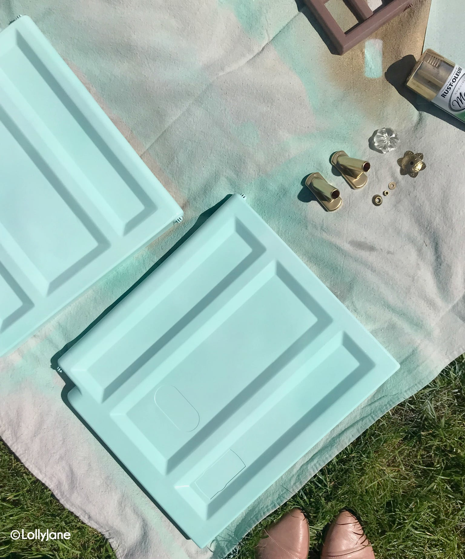Make over a plastic playhouse like a pro! Click through to see these awesome painting tips! #playhousemakeover #littletikes #playhouse #painting #paintingtips