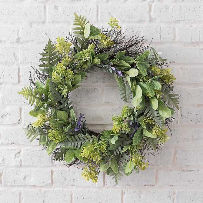 Such a pretty artificial green wreath with purple accents, simple farmhouse charm! #purplewreath #farmhousewreath #fernwreath #farmhousecharm