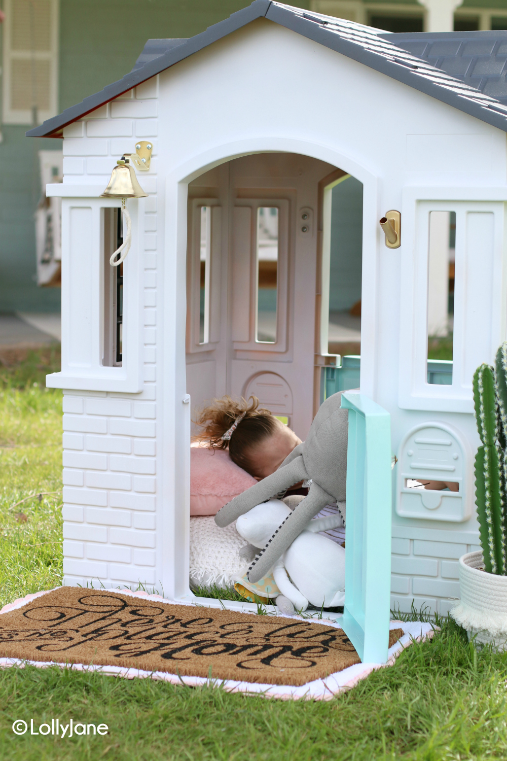 Love this cute mini Modern Farmhouse Playhouse Makeover! SO CUTE! #diy #modernfarmhouse #littletikes #playhousemakeover