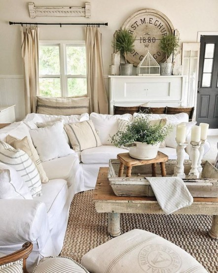 Love this cozy farmhouse family room's nautral rug, such pretty decor idea! Love this jute rug in this farmhouse living room, so cute! #farmhouse #juterug #naturalrug #familyroomrug #juterugideas