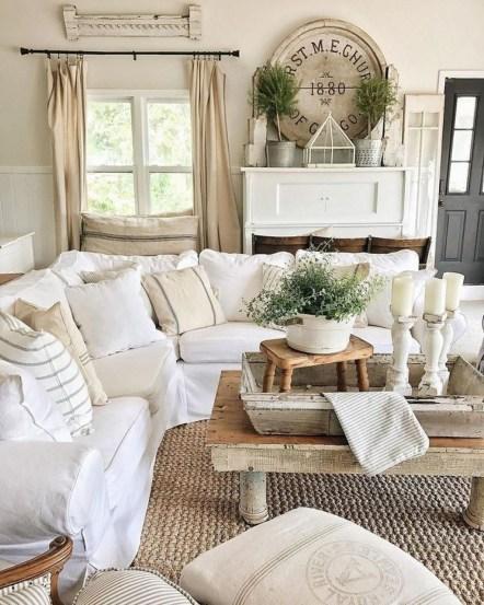 Love this cozy farmhouse family room's nautral rug, such pretty decor idea! Love this jute rug in this farmhouse living room, so cute! #farmhouse #juterug #naturalrug #familyroomrug #juterugideas