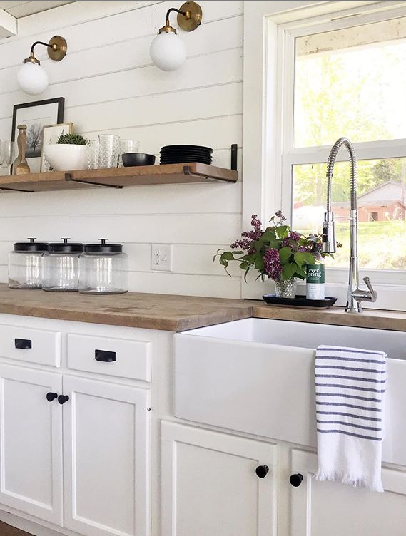 Decorating with lilac flowers can add such pretty kitchen decor. Love this farmhouse kitchen with simple lilac decoration. #farmhousedecor #lilacdecorations #kitchendecor #farmhousecharm #decoratingwithlavender