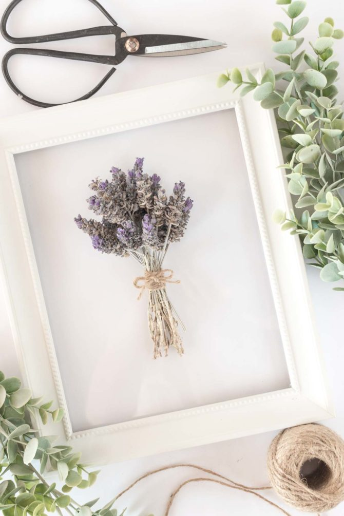 Easy lavender frame DIY using dried lavender and jute, so easy to create this pretty lavender wall decor! #lavenderdecor #lavenderflower #walldecor #diy #homedecor