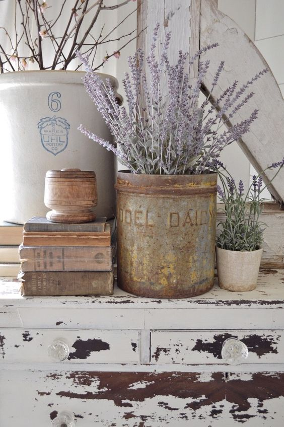 Love this lavender table scape vintage decor using lavender stems and an old crock. #lavender #vintagedecor #homedecor #decoratingwithlavender #vintagedecorations #lavender
