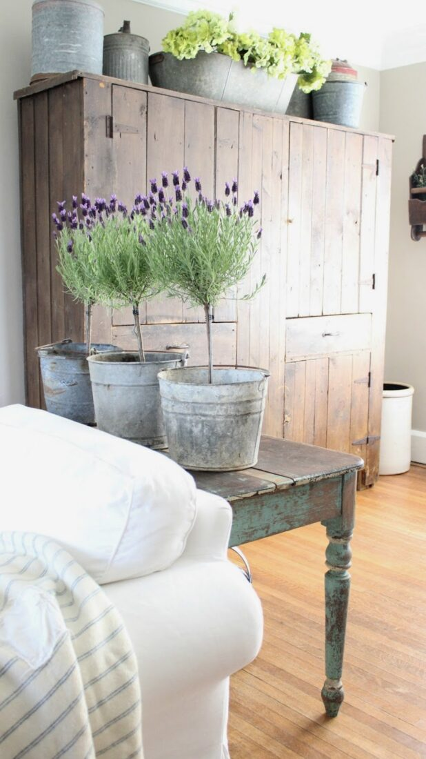 Learn how to make this pretty lavender topiary, perfect farmhouse home decor idea! #lavenderdecor #lavenderflower #diyhomedecor #farmhousedecor #diytopiary #farmhousetopiaries