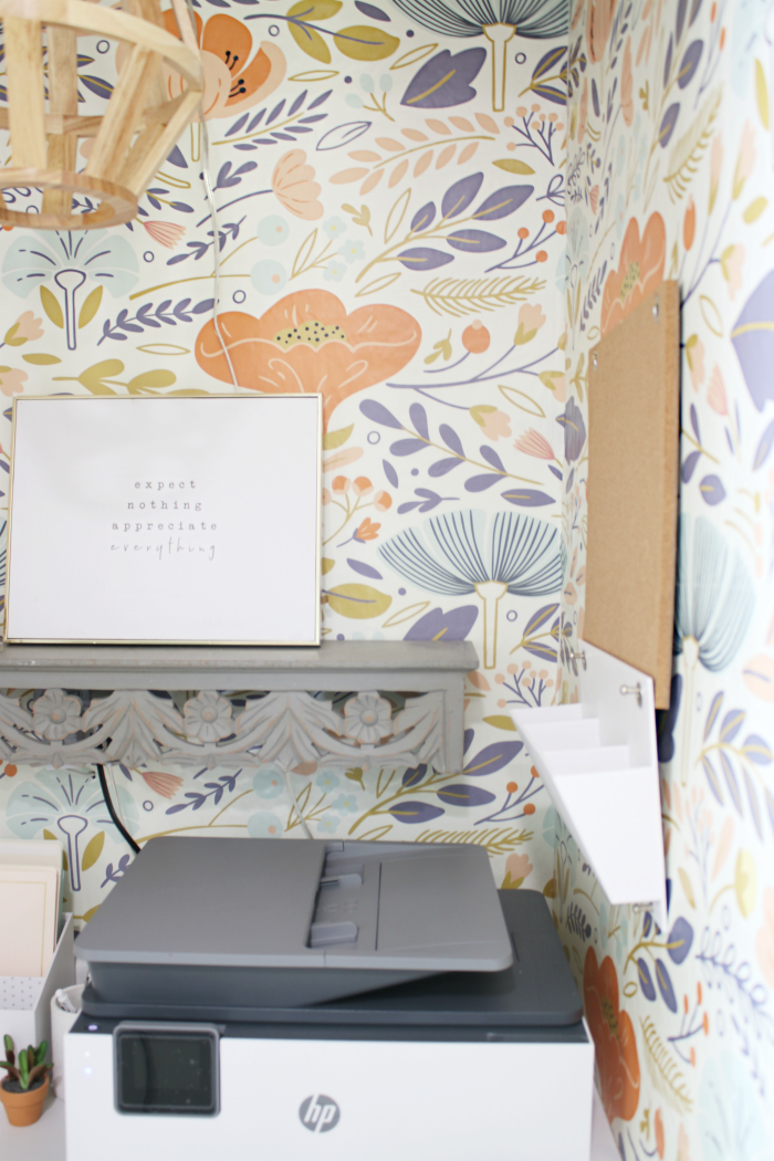 Love this retro modern small home office. Such a fun minimalist interior design with retro wallpaper! The new home office is so bright and airy that it actually makes work peaceful. #smalloffice #retrowallpaper #colorfuloffice #minimalistoffice #vintageoffice