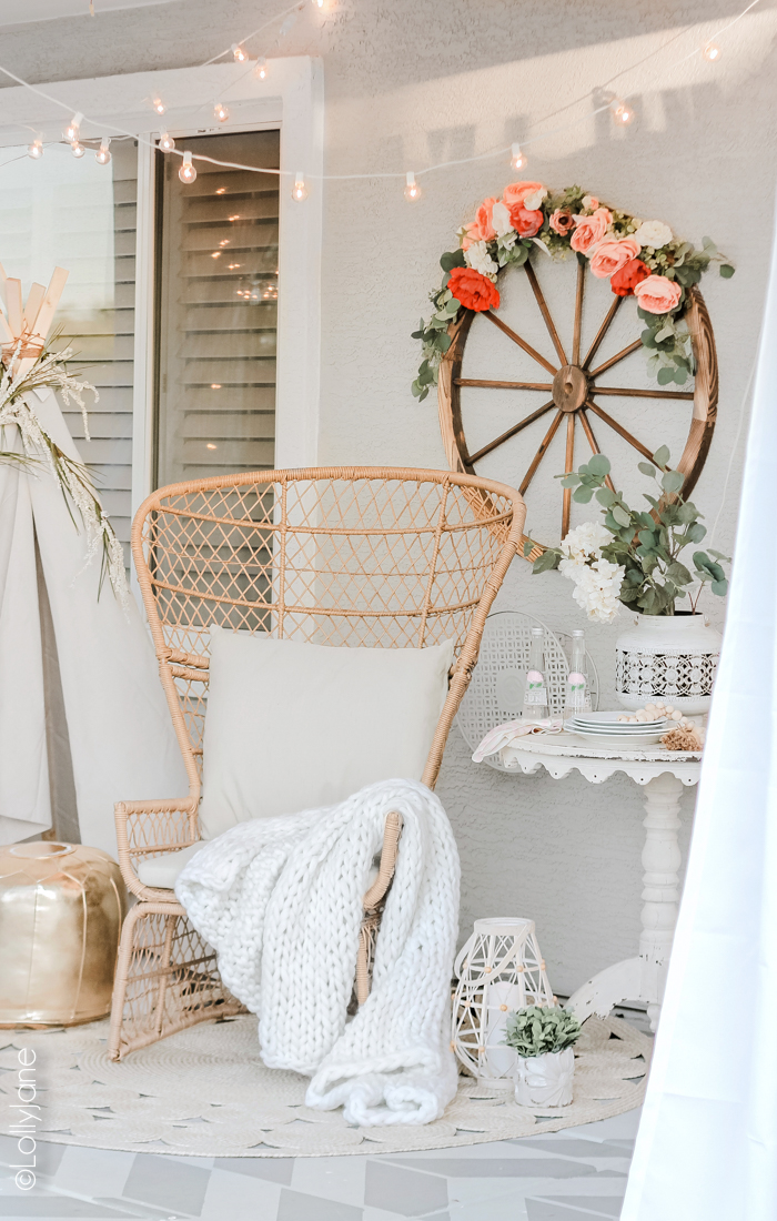Loving this cozy back patio and the boho touches with a mix of farmhouse! #bohostyle #farmhouse #farmhousestyle #summertime #patio