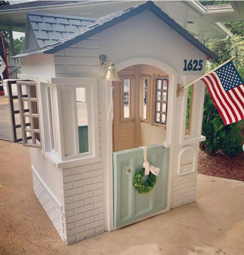 Oh my gosh isn't this the cutest Americana painted playhouse makeover? Use spray paint to give an old playhouse new life! #paintedplayhouse #playhousemakeover #diy #little-tykes #spraypaint #letthembelittle #kids