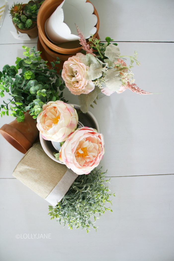 Create easy flower table decorations with just a few items you likely have on hand! Flower arrangements are a perfect way to brighten up your summer dining room table. #floraldecor #flowertabledecor #tablesetting #tablecenterpiece #farmhousetablescape #summerdecor
