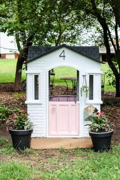 The cutest plastic painted playhouse makeover!! The power of spray paint is so amazing, adore this playhouse makeover with a pink door, so sweet! #littletikes #paintedplayhouse #playhousemakeover #howtopaintplastic
