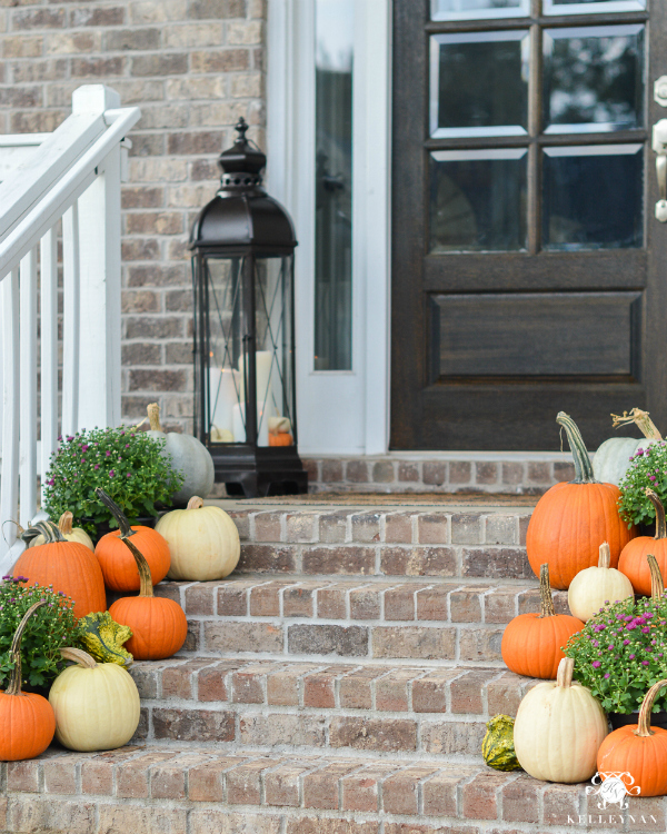 Love these front porch steps with pumpkins and mums, natural fall porch decor done right! Such cute fall porch ideas to copy! #frontporchfallsteps #fallporchideas #fallporchdecor #falldecorations