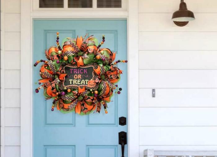 DIY deco mesh Halloween wreath. Learn how to make this easy mesh Halloween wreath with just a few supplies! #halloweenwreath #decomesh #decomeshwreath #decoemeshwreathideas #halloweenwreath #diyhalloweenwreath