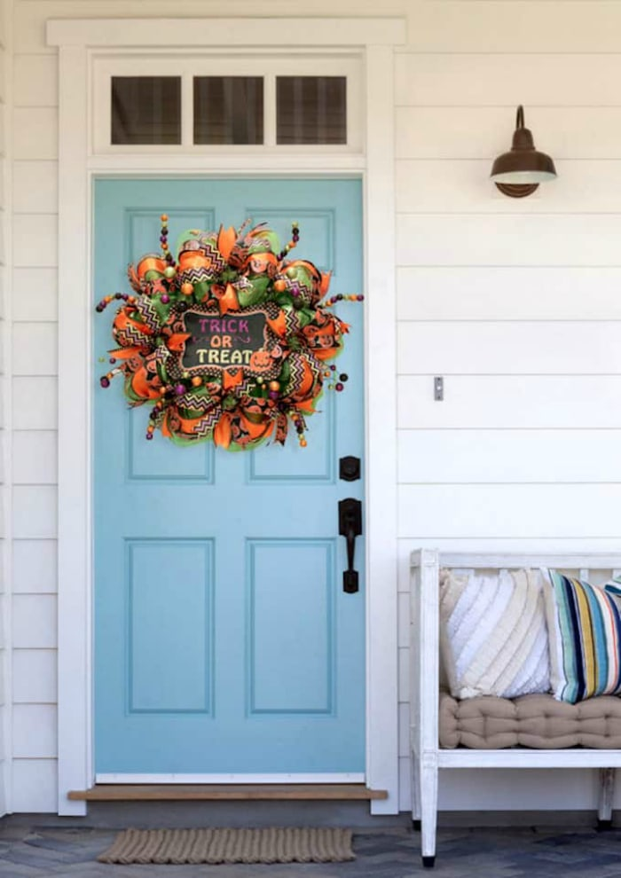 DIY Mesh Halloween Wreath: see how easy it is to make this deco mesh Halloween wreath using a work wreath form and festive ribbon! #halloweenwreath #decomesh #decomeshwreath #decoemeshwreathideas #halloweenwreath #diyhalloweenwreath