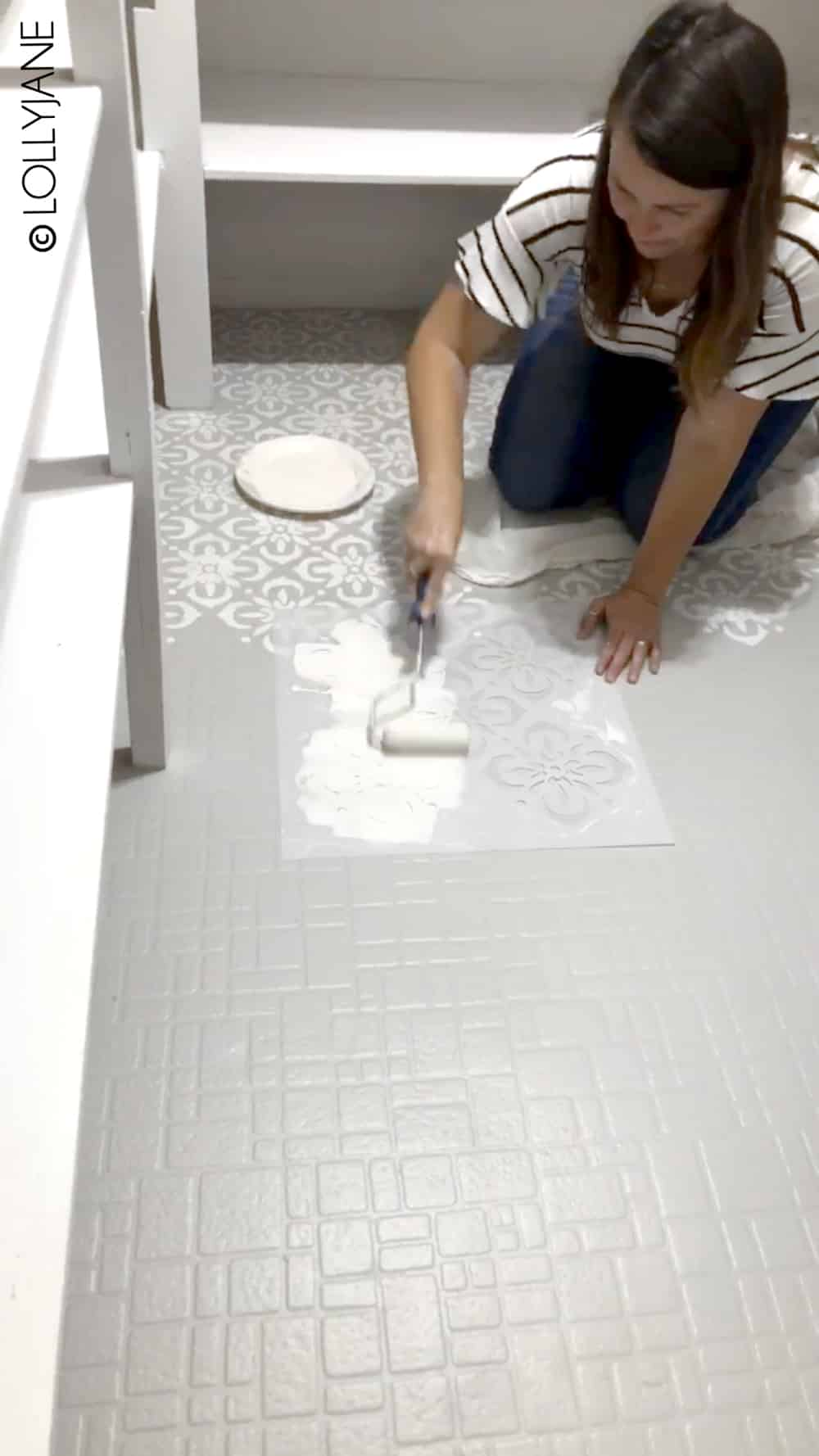 Wow! Check out this pantry floor makeover, complete with full step-by-step directions to painting linoleum flooring with NO PREP! #paintedfloors #stencils