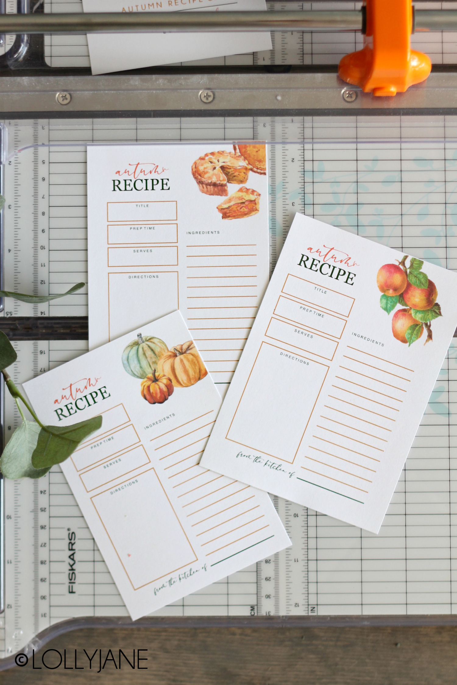 Fall theme printable recipe cards, just print and fill out for all of your autumn desserts and delicious foods! #freeprintable #fallprints #fallprintable #recipecards #recipecard #freerecipecard