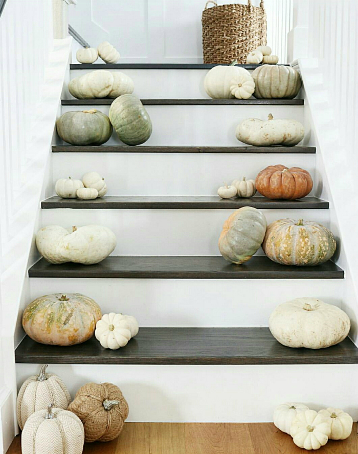 Easy indoor stairway decorating ideas! Such easy fall decor by mixing real and fake pumpkins along the stairs for fall farmhouse charm. #falldecor #farmhousecharm #fallfarmhouse #stairdecorating #stairdecoratingideas