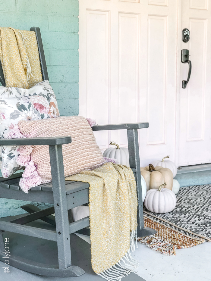 Love this front porch decked out for fall with pops of PINK! #fall #falldecor #falldecoration