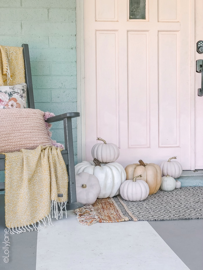 Eek! Love the pops of PINK in this cheery fall decor on this cozy porch! #fall #fallporch #falldecorations