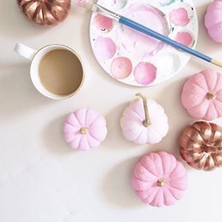 easy diy pink pumpkin decor !! #diydecor #diy #pumpkincrafts #pinkpumpkin #diypumkindecor #paintdiy