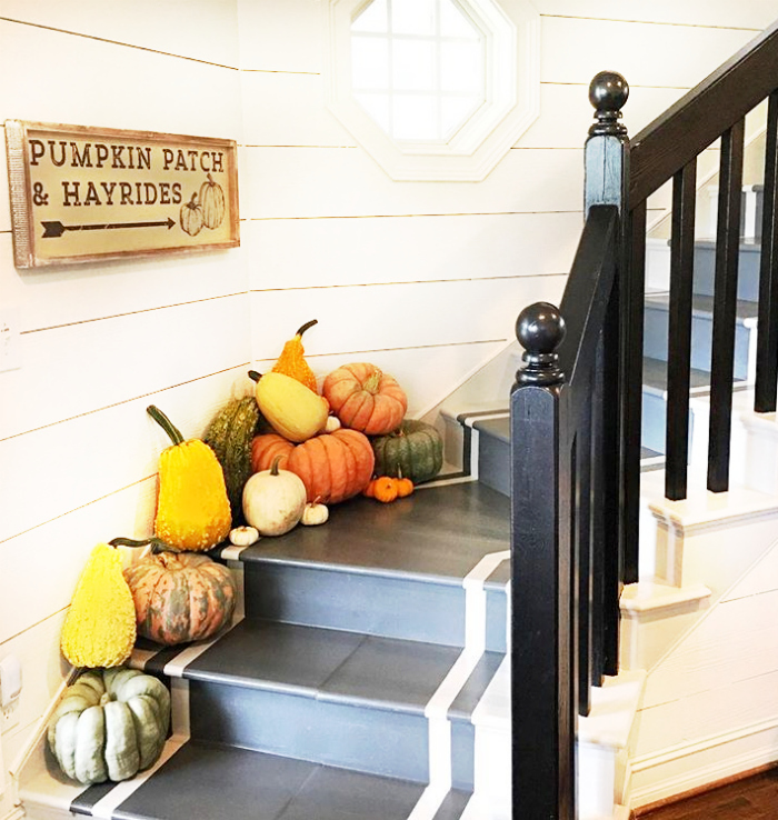 Pretty farmhouse fall decor with pumpkin and gourds creating pretty stairway decor. Love this pretty fall stairway! #fallstairs #fallstairway #pumpkinsgourds #pumpkinstairwaydecor #farlldecorations