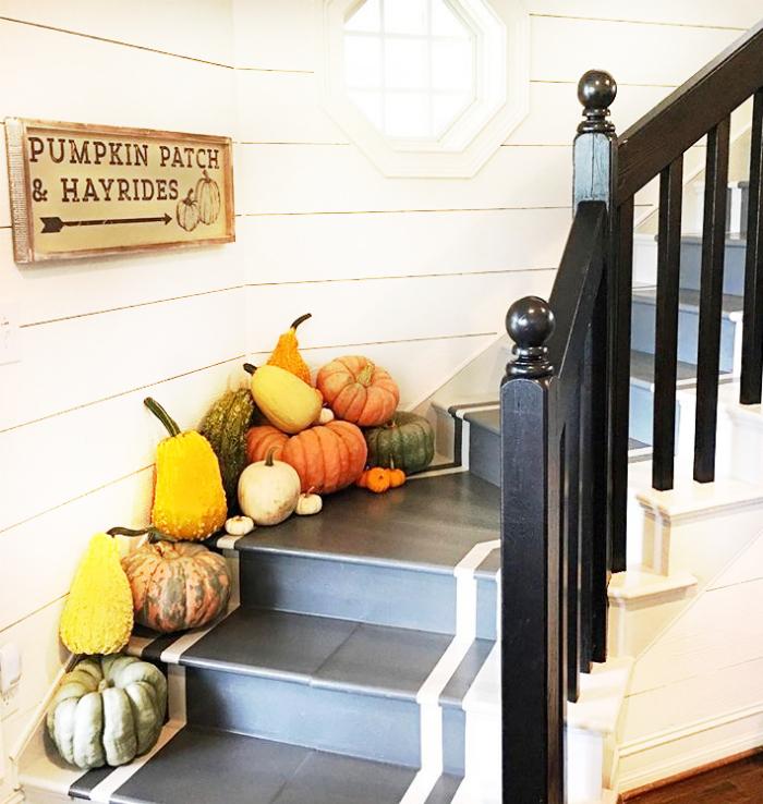Pretty farmhouse fall decor with pumpkin and gourds creating pretty stairway decor. Love this pretty fall stairway! #fallstairs #fallstairway #pumpkinsgourds #pumpkinstairwaydecor #farlldecorations