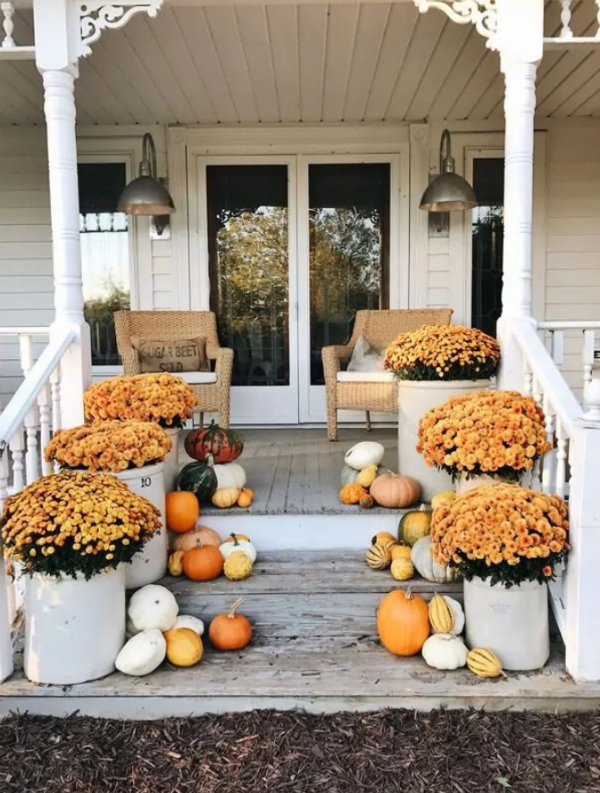 Love all these pumpkin porch decorating ideas using pumpkins and mums on your front porch and stairs. Love these easy fall decorating ideas! #pumpkinporchdecorating #porchdecor #decoratingforfall #pumpkinsporchdecor #mumsporch