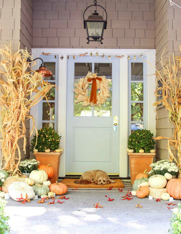 Wanting to decorate your porch for fall? Place pumpkins EVERYWHERE for the cutest and easiest pumpkin porch decorating ideas. #pumpkinporchdecorating #pumpkinporch #stackedpumpkins