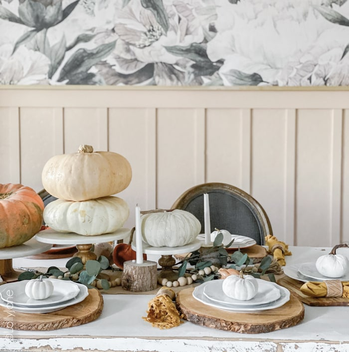 Simple but lovely Thanksgiving or fall centerpiece idea, SO easy to recreate this look! #thanksgivingdecor #thanksgivingdecorations #thanksgiving #tablescape #centerpiecedecor