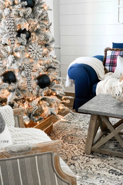 Love this cozy farmhouse Christmas living room! Follow these fun home decor bloggers to learn how to create a warm and inviting farmhouse Christmas your family can cuddle in all season long! #farmhousestyle #christmasdecor #farmhousechristmas #diychristmas #hygge