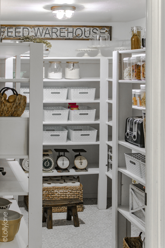 Oooh la la! This farmhouse style pantry makeover is STUNNING! SO many tips and tricks to copy this look, love it! #pantrymakeover #farmhousepantry #storage #organization #pantryorganization