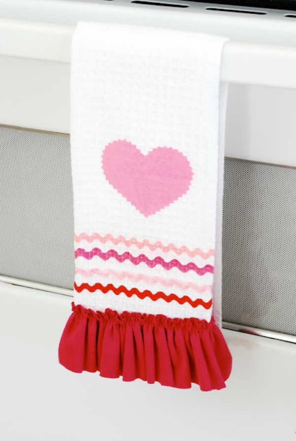 These DIY Dollar Store Valentines Day Hand Towels are too cute and welcome the loviest day of the year! #dollarstorecraft #diyhandtowel #valentinesdaycraft #valentinesdaydecorations