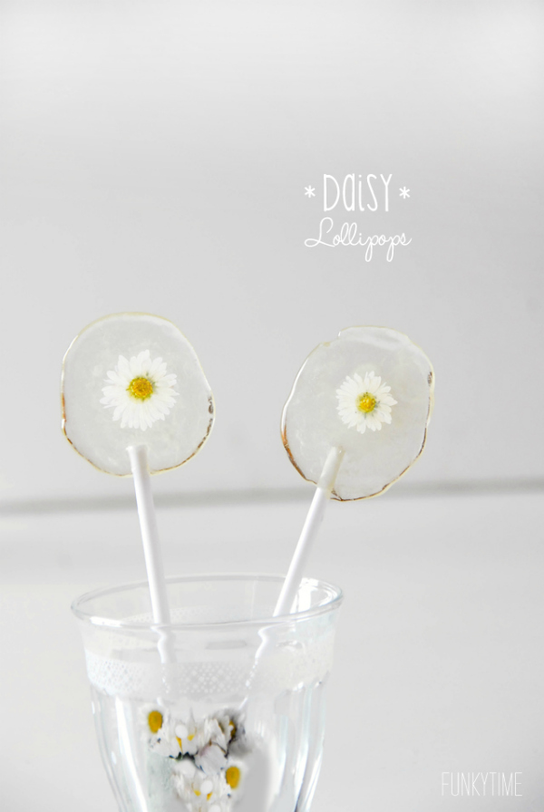 So cute! Love these diy daily lollipops, a fun galentines day gift idea! #diylollipops #lollipopflowerrecipe #galentinesdaygift #handmadegiftidea