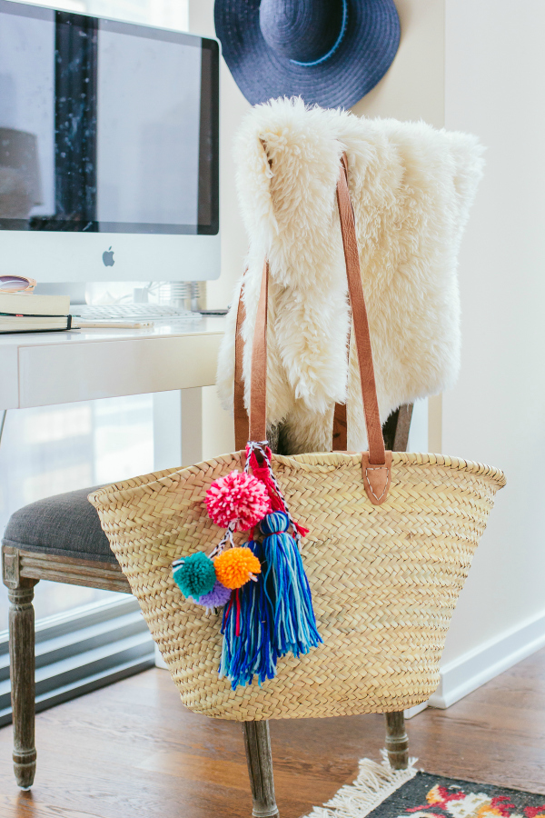 Such a cute Galentines Day gift idea! Make this fun diy pom pom beach bag for yourself or for a friend! #galentinesday #diybeachbag #pompombag #giftidea #handmadegiftidea