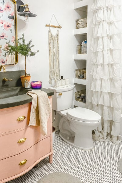 Cute, EASY, and practical bathroom organizational tips. Great post! #organization #newyearsgoals
