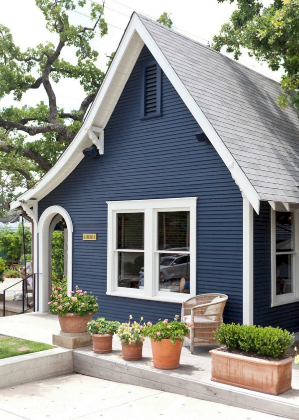 Next time we're in Austin we're definitely going to hit it up..if the food is as good as the dark blue paint with white trim and pretty gray roof, we know we'll love it! #navyblueexterior #halenavypaintcolor #halenavyexterior #bluehouse #darkpainthouse #paintexterior #darkpaintexterior