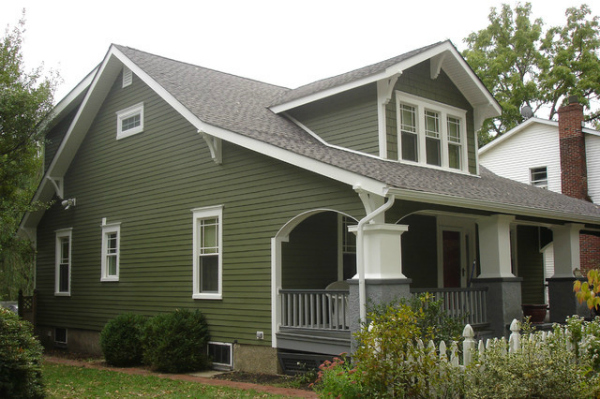Gorgeous olive green exterior house paint for those who loves a dark exterior craftsman home. So pretty! Pretty dark green house with white trim, classic paint house color. #greenexteriorpaint #olivegreenpaintedhouse #greenexteriorpaintidea #greencraftsmanhouse #olivegreenhome
