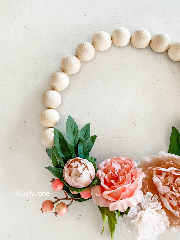 DIY pretty floral wreath with berries and wood beads. So easy to make this flower wreath with wooden beads and cute berry stems! #woodenbeadwreath #woodbeadwreath #splitwoodbeadwreath #flowerwreath #floralwreath #howto #diy